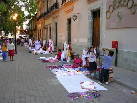 Vendeurs instalés devant la poste de Oaxaca de Juarez, Mexique